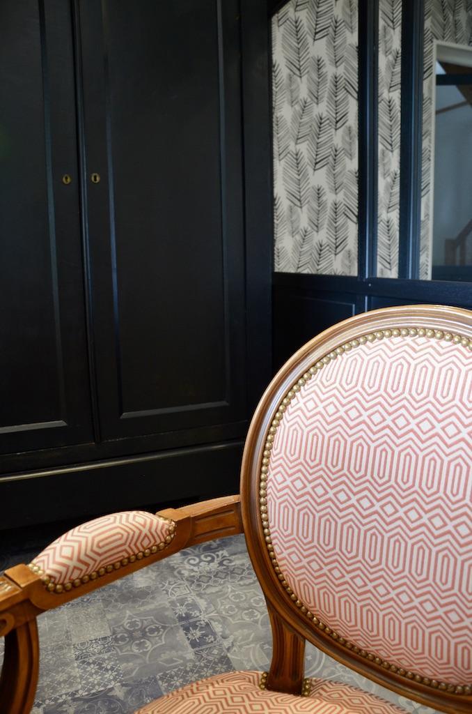 Armoire joir fauteuil bois tissu ocre hannah elizabeth interior design