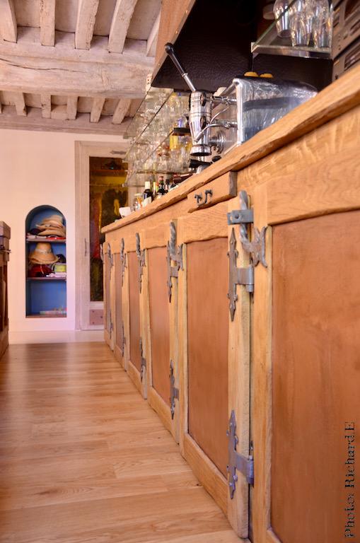 Bar ancien renovation maison poutres blanchi hannah elizabeth interior design