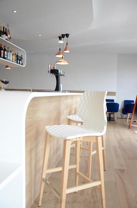 Bar avec chaises releif suspensions cuivre