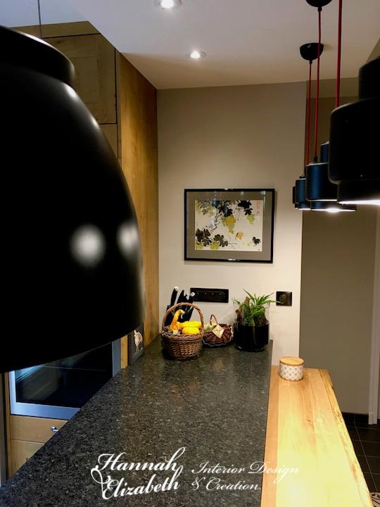 Bar granite dans cuisine bois et carreaux ciment