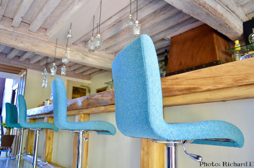 Bar renovation maison morvan poutres blanchi hannah elizabeth interior design bourgogne
