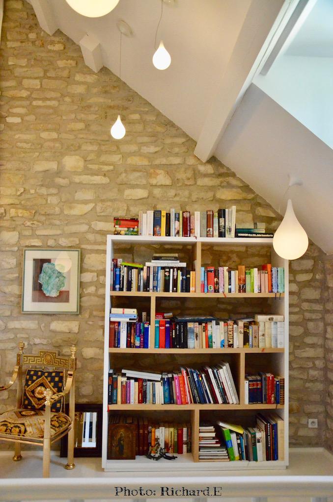 Bibliotheque blanc bois mur pierre fauteuil epoque hannah elizabeth interior design