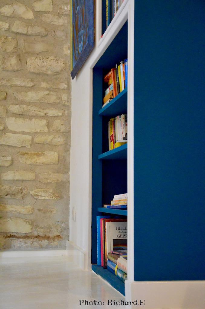 Bibliotheque mur pierre bleu canard hannah elizabeth interior design