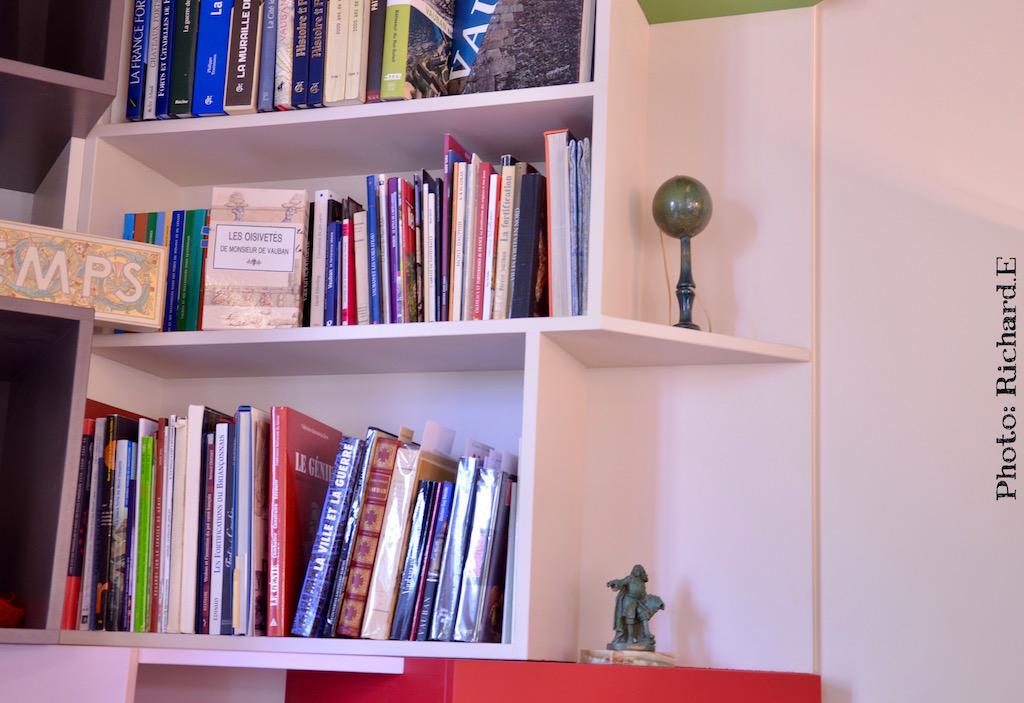 Bibliotheque sur mesure rouge vert angle hannah elizabeth interior design