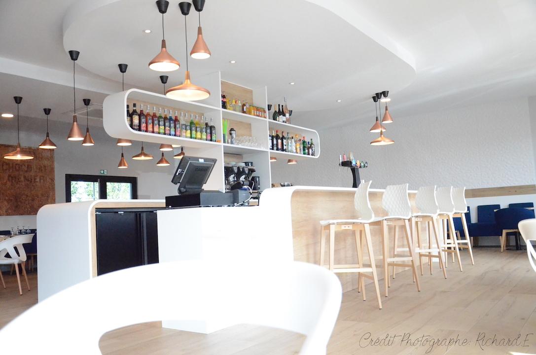 Brasserie bar krion chaises blanc fauteuils bleu