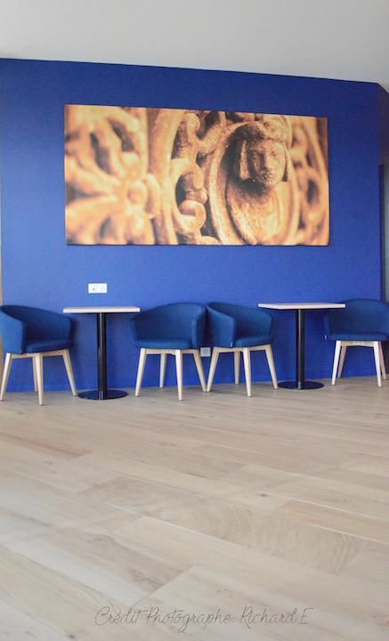Brasserie salle tableaux cuivre chaises bleu mur bleu