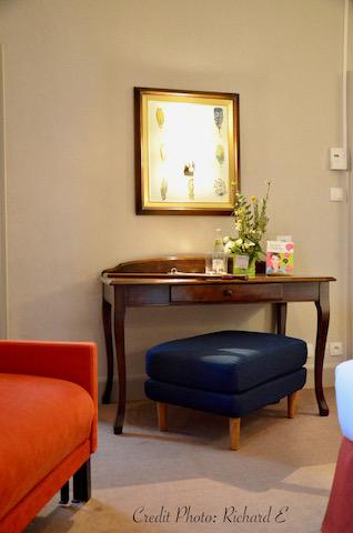 Bureau chambre hotel chauffeuse orange pouf bleu liseuse hannah elizabeth interior deisgn