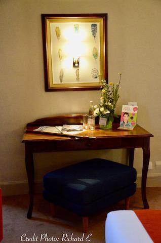 Bureau chambre hotel pouf bleu hannah elizabeth interior design