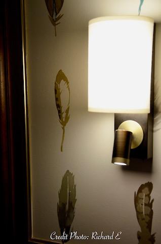 Cadre avec liseuse et papier plumes hannah elizabeth interior design