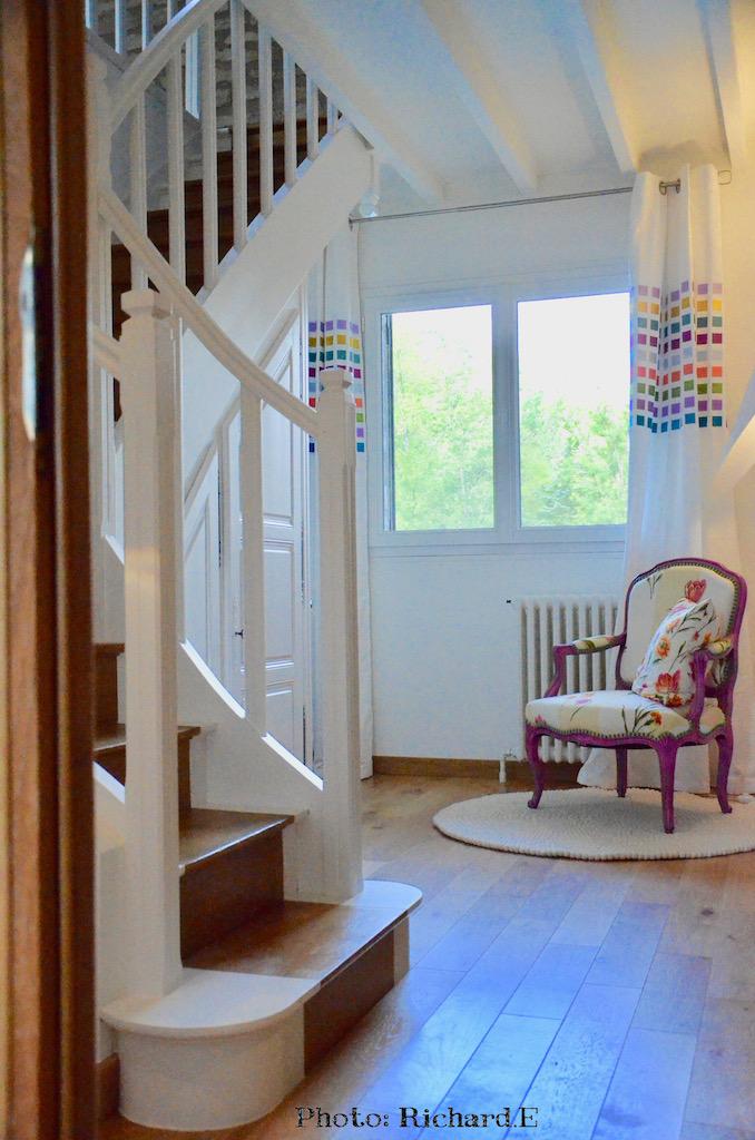 Cage escalier blanc fauteuil rose hannah elizabeth interior design