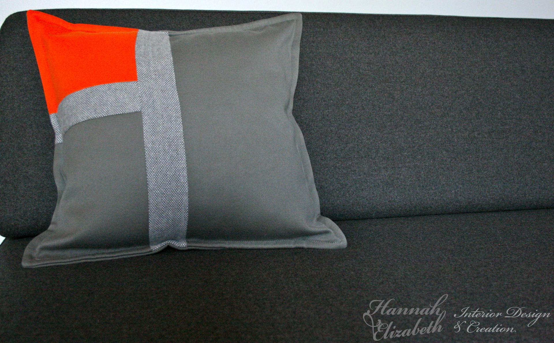 Canape gris avec coussin gris et orange
