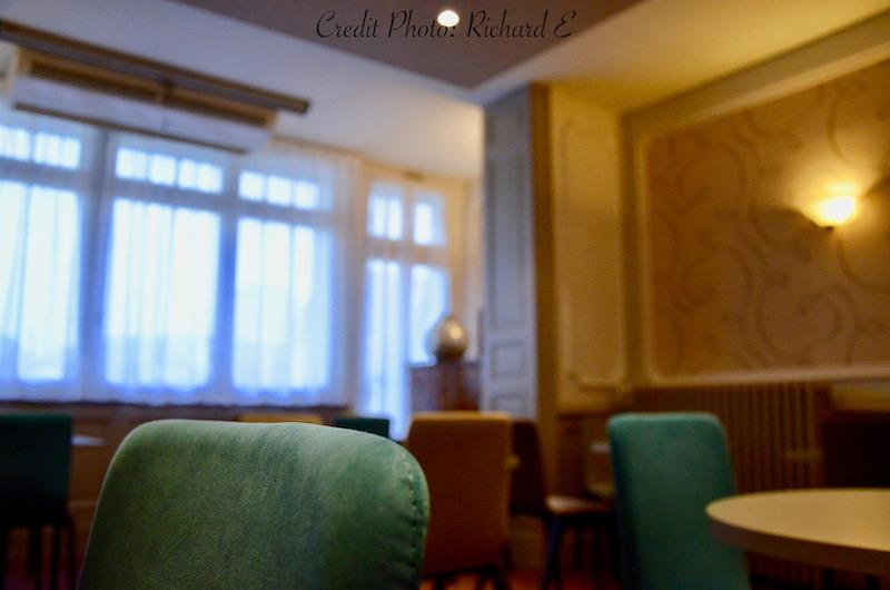 Chaise bleu petit dejeuner hannah elizabeth interior design