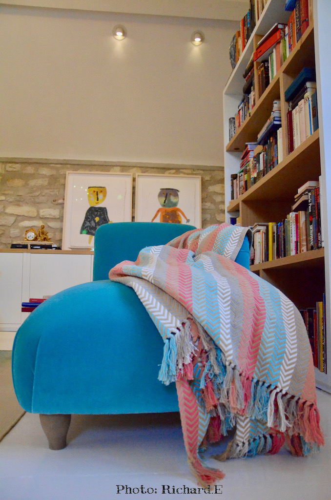 Chaise longue bleu bibliotheque hannah elzabeth interior design
