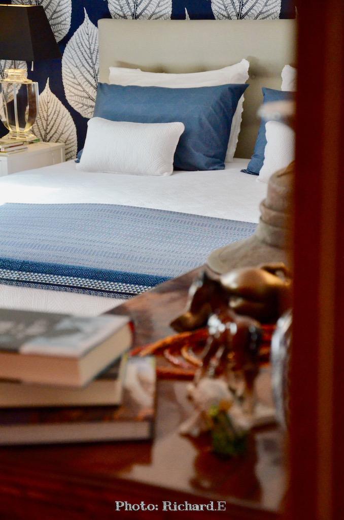 Chambre bleu blanc feuille hannah elizabeth interior design