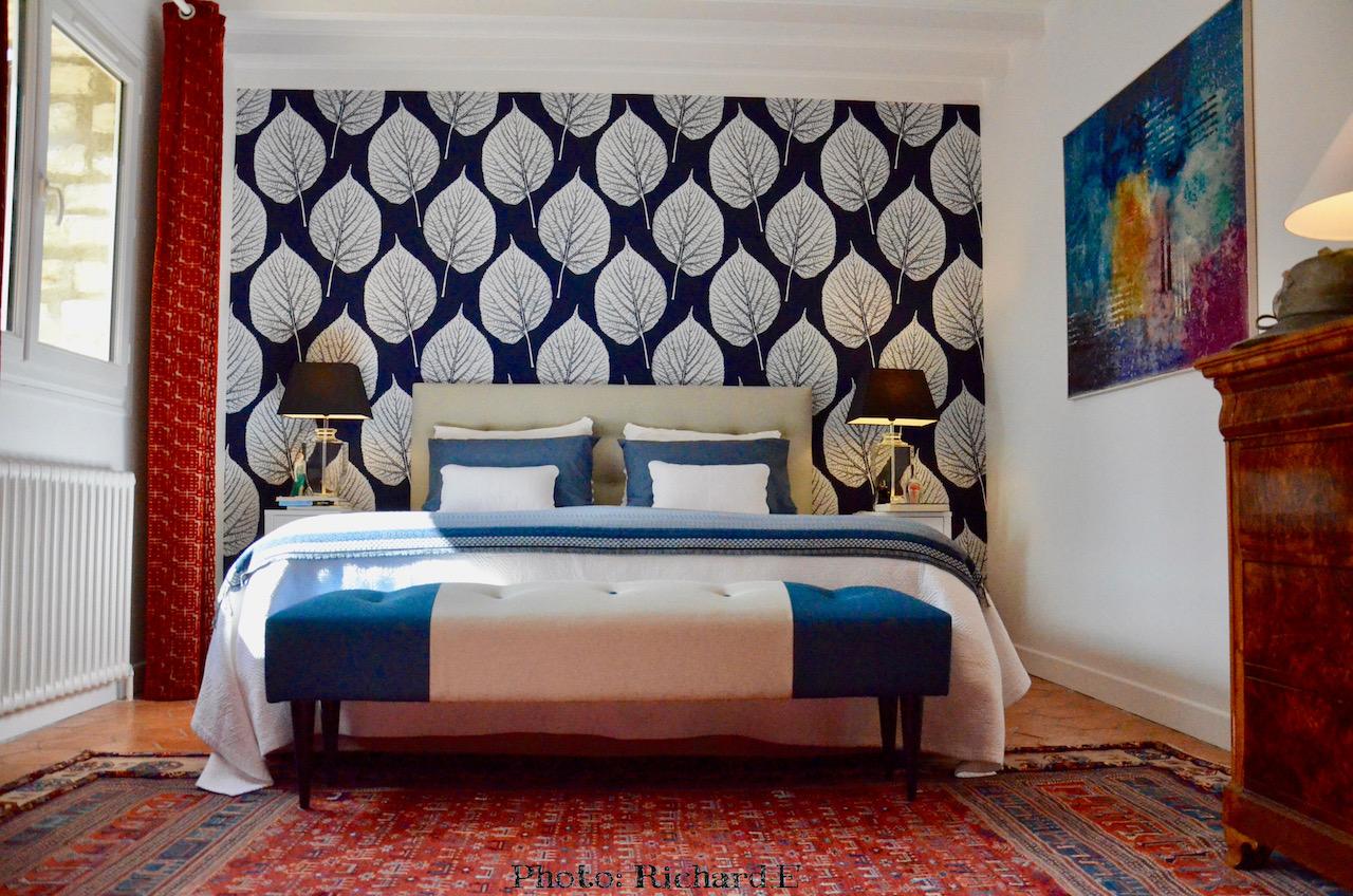 Chambre bleu tomettes ancien papier peint bleu hannah elizabeth interior design