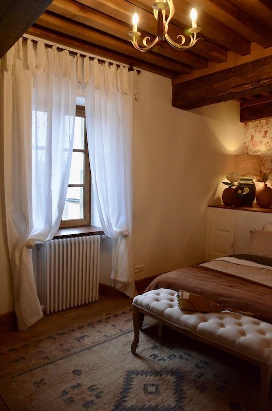 Chambre classique poutre tapis bout de lit hannah elizabeth interior design