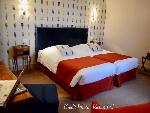 Chambre hotel auxerre plumes bleu tissu orange hannah elizabeth interior design
