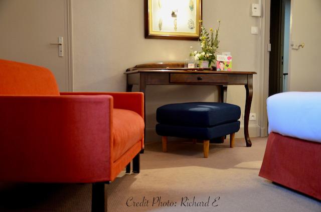 Chambre hotel bleu orange plumes hannah elizabeth interior design