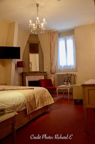 Chambre hotel rouge creme hannah elizabeth interior design 1