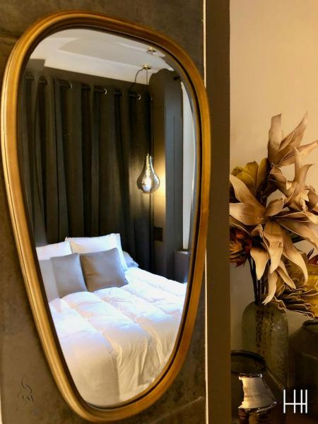 Chambre miroir doree hannah elizabeth interior design