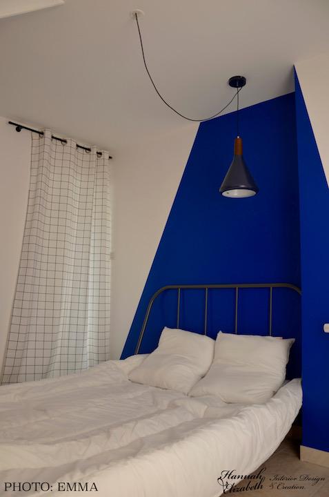Chambre mur bleu coin lit