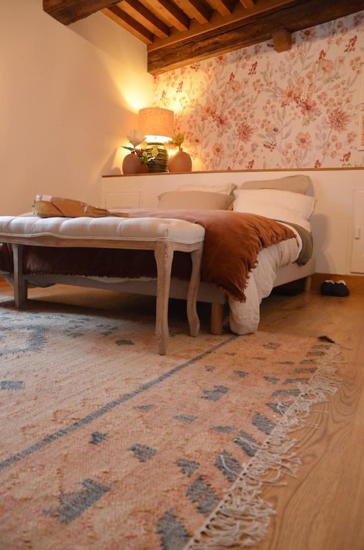 Chambre poutres mursblanc papier peint fleurs hannah elizabeth interior design
