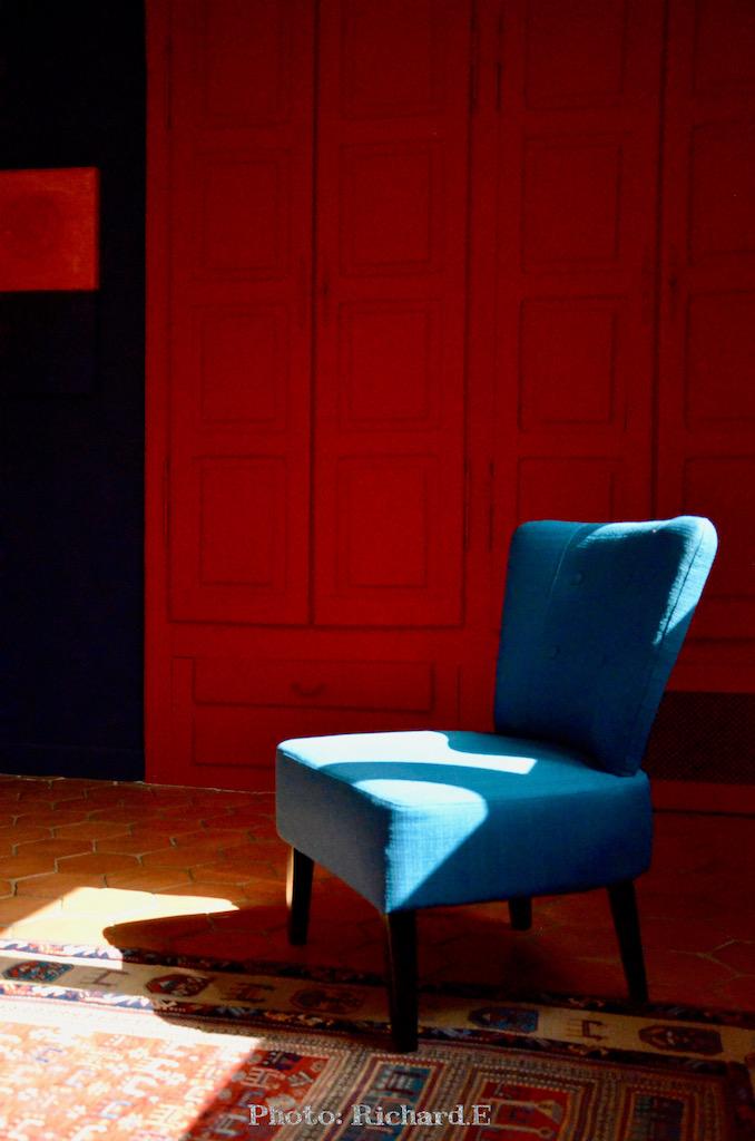 Chambre tomettes fauteuil bleu mur rouge bleu hannah elizabeth interior design