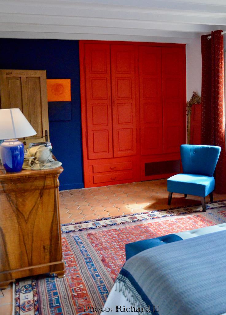 Chambre tomettes mur bleu rouge hannah elizabeth interior design