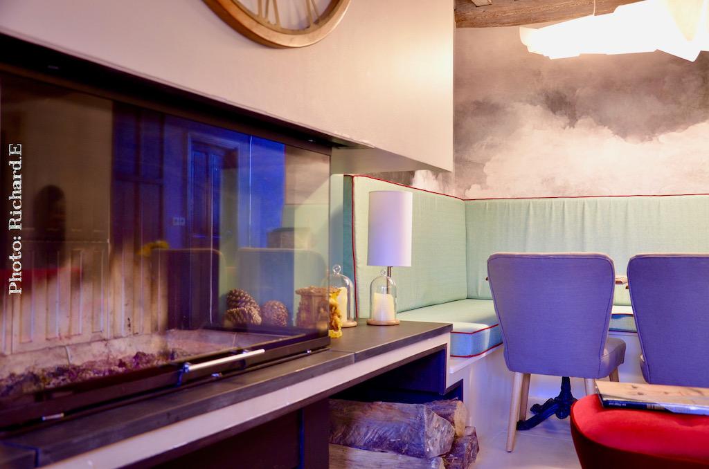 Cheminee contemporain papier peint nuage renovation maison hannah elizabeth interior design
