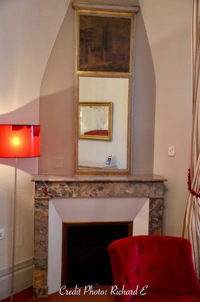 Cheminee hotel fauteuil crapaud rouge hannah elizabeth interior design