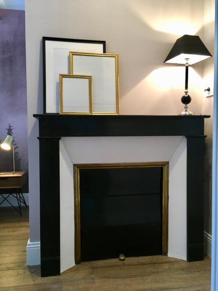Cheminee noir lampe classique hannah elizabeth interior design