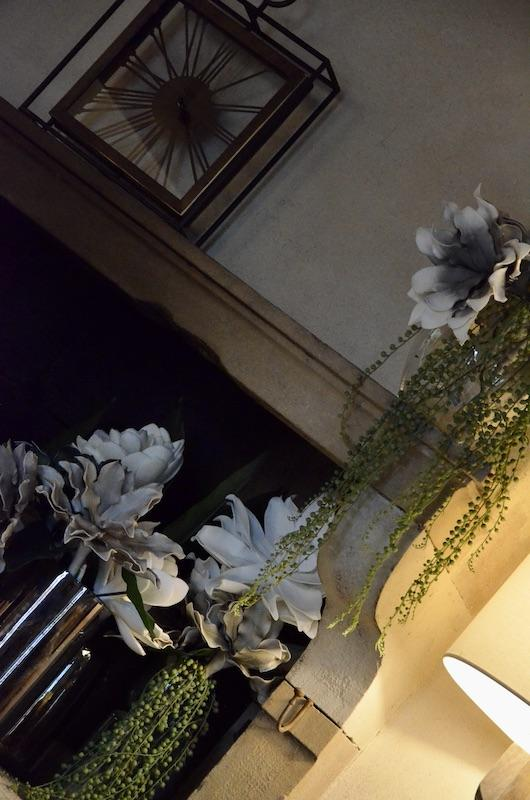 Cheminee pierre horloge hannah elizabeth interior design