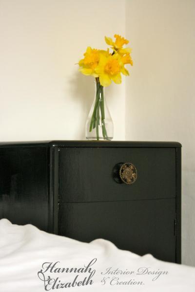 Chevet noir mur blanc jonquilles chambre
