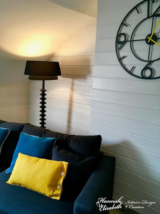 Coin canape avec coussins lampadaire et horloge gris jaune