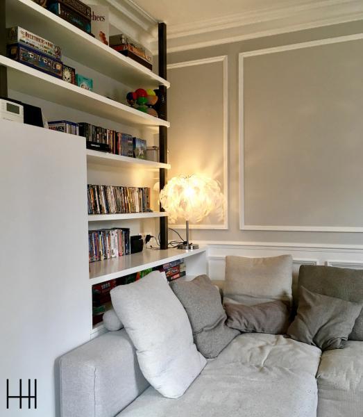 Coin canape gris lampe petal blanc moulures blanc bibliotheque metal hannah elizabeth interior design