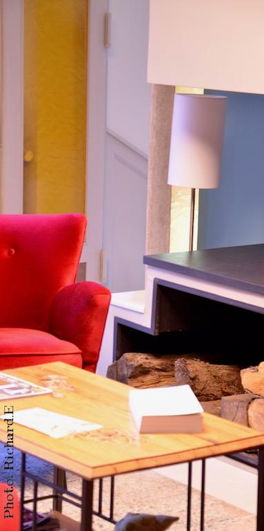 Coin chemine salon bleu rouge hannah elizabeth interior design
