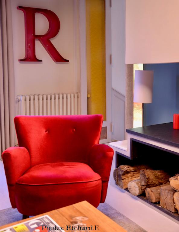 Coin salon fauteuil rouge cheminee contemporain renovation maison hannah elizabeth interior design