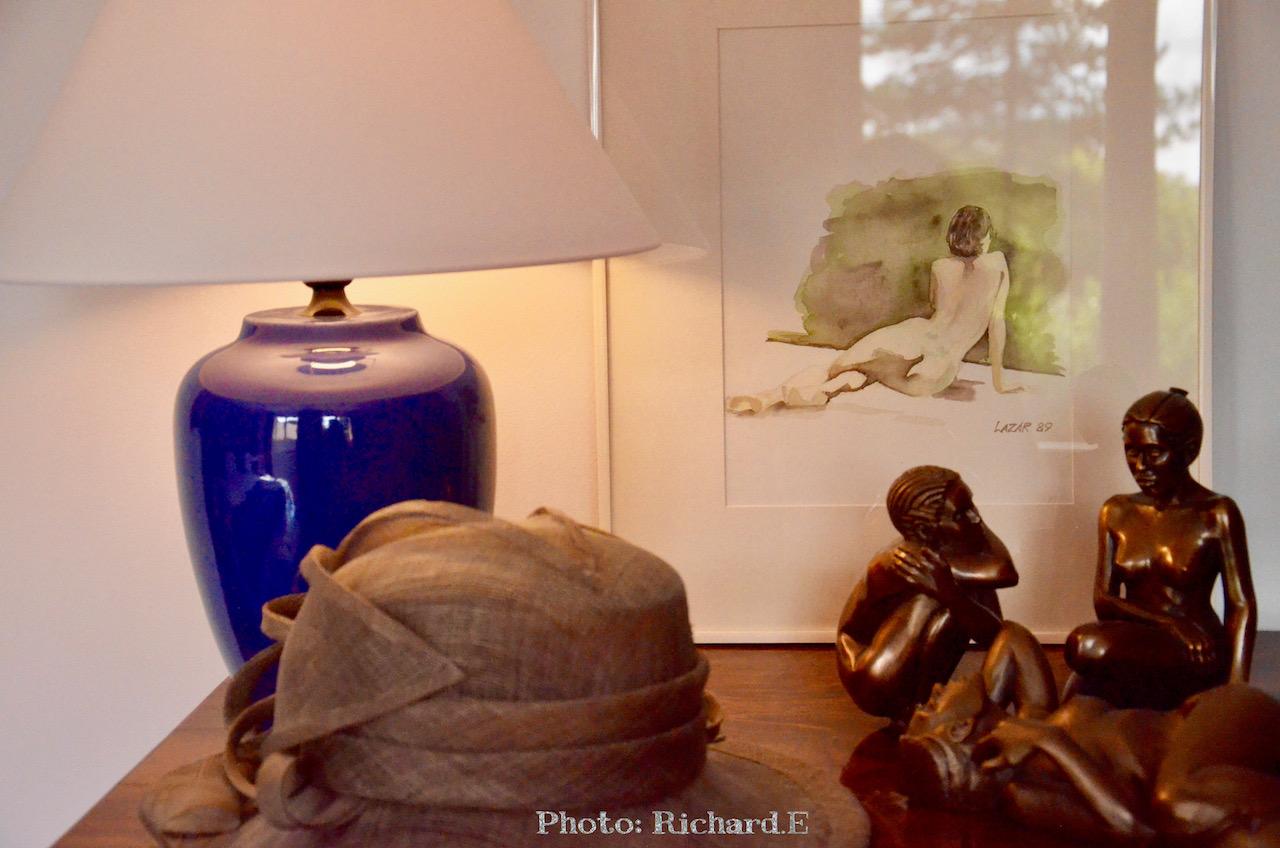 Commode bois ancien lampe chapeau tableau hannah elizabeth interior design