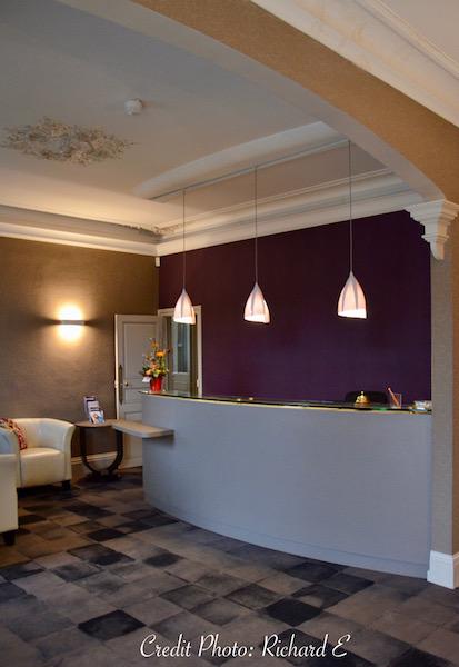 Comptoir acceuil entree hotel mur violet mpoquette gris noir hannah elizabeth interior design