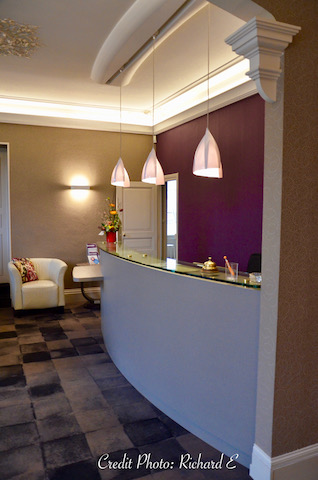 Comptoir acceuil moquette noir gris mur violet hannah elizabeth interior design