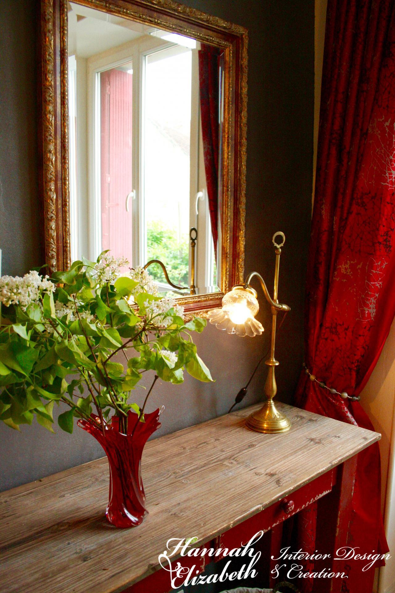 Console entree rideaux rouges lampe