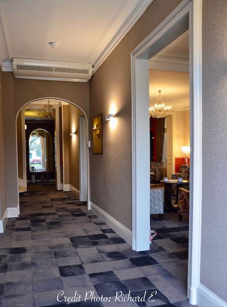 Couloir entree hotel moquette gris noir hannah elizabeth interior design