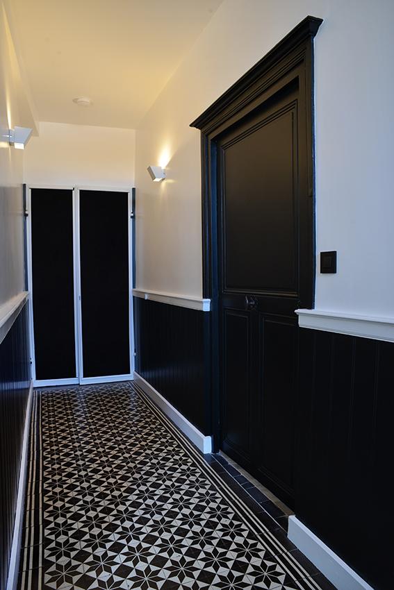 Couloir noir blanc carreaux ciments