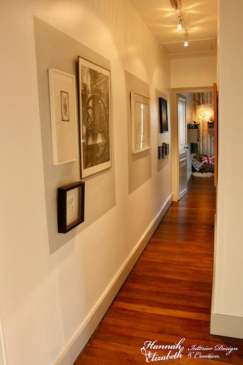 Couloir vers chambre gris et cadres