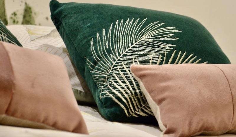 Coussins velours rose vert hannah elizabeth interior design