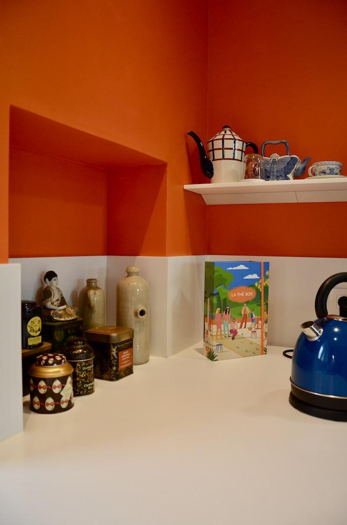 Cuisine blanc orange resine hannah elizabeth interior design