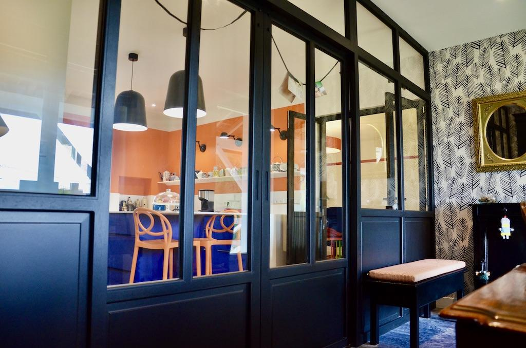 Cuisine derriere verriere noir bois hannah elizabeth interior design