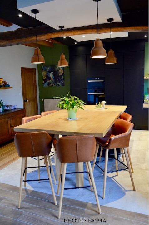 Cuisine ilot centrale mur vert bois clair noir hannah elizabeth interior design
