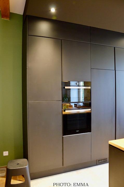 Cuisine noir mur vert sol pierre hannah elizabeth interior design