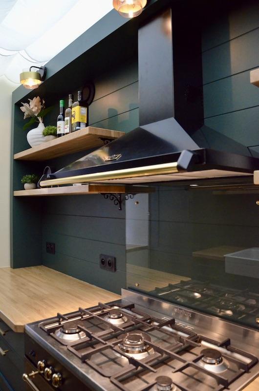 Cuisine traditionelle vert bois hotte piano hannah elizabeth interior design